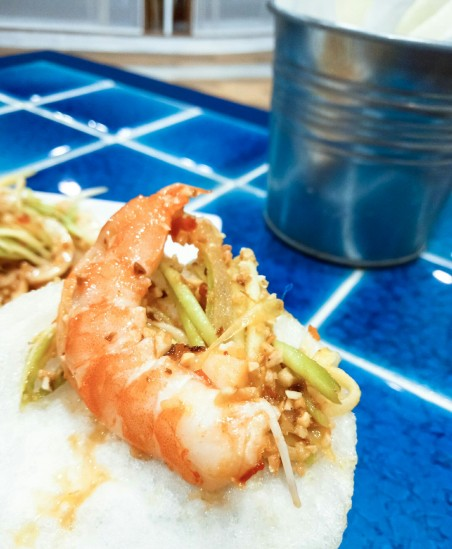 mango-salad-and-shrimp-on-crackers